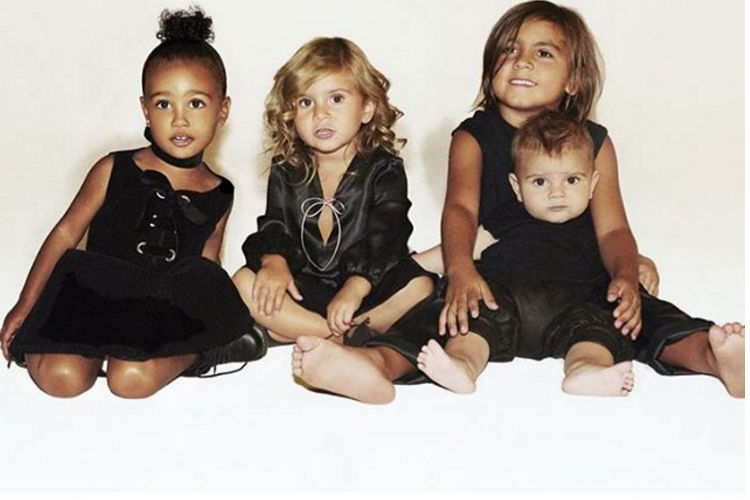 Los cuatro nietos de la familia Kardashian desean feliz navidad a amigos, familiares y fans.